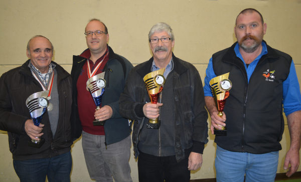 v.l. Christian Fryand (Farbenschlagsiegerin blau); Falvio Derigetti (Farbenschlagsieger blau); Peter Räber (Rassensiegerin schwarz): Pus Lipp (Rassensieger schwarz)